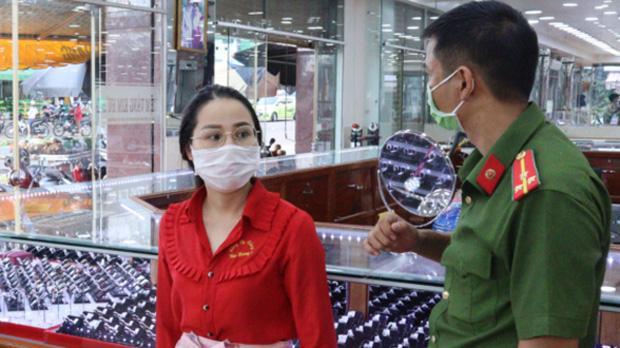 Khám xét nơi ở của nữ nhân viên trộm hơn 2.300 nhẫn vàng-1