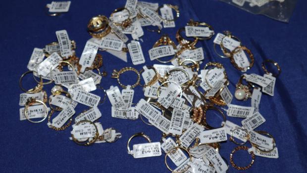 Khám xét nơi ở của nữ nhân viên trộm hơn 2.300 nhẫn vàng-2