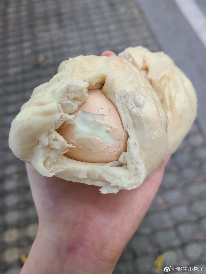 Cô gái sụp đổ khi cắn phải thứ trong bánh bao phiên bản giới hạn-1