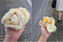 Cô gái sụp đổ khi cắn phải thứ trong bánh bao phiên bản giới hạn