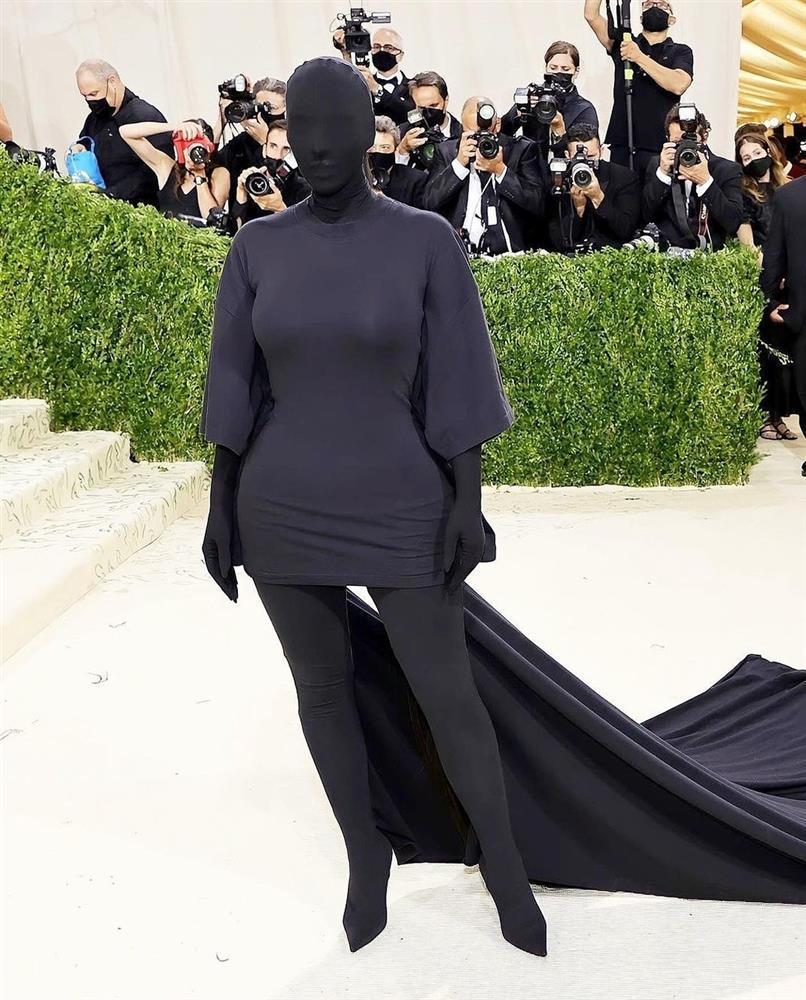 Chán khoe da thịt, Kim Kardashian đổi style kín mít không kẽ hở-5