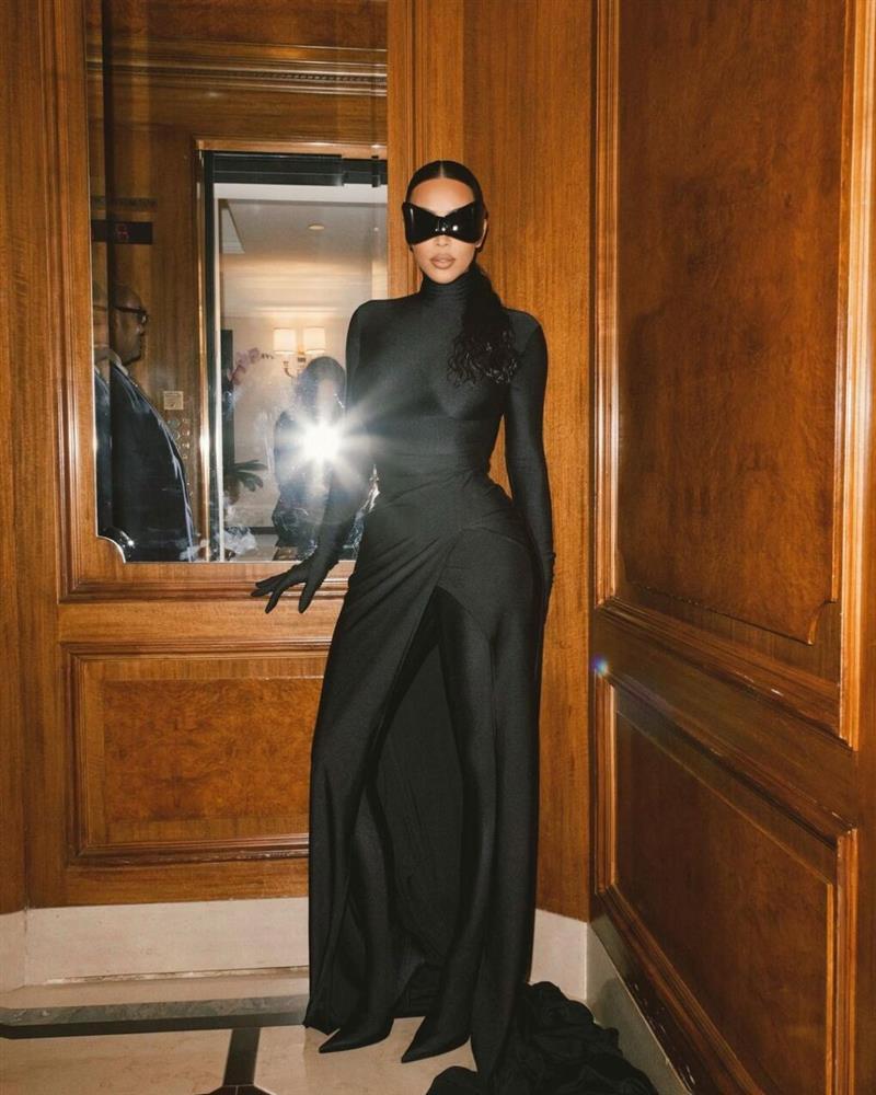 Chán khoe da thịt, Kim Kardashian đổi style kín mít không kẽ hở-9