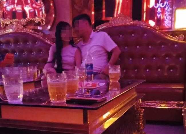 Bắt quả tang chồng đi hát karaoke tay vịn, cô vợ vùng lên ngoạn mục-2