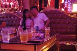 Bắt quả tang chồng đi hát karaoke tay vịn, cô vợ vùng lên ngoạn mục