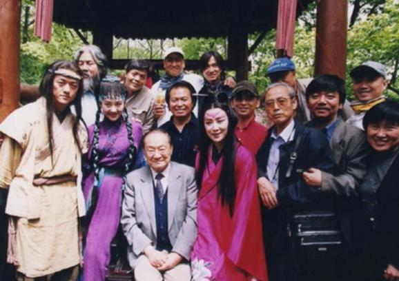 Ông trùm phim Kim Dung: Hết thời đi livestream bán vàng, 70 tuổi lấy vợ đáng tuổi con-2