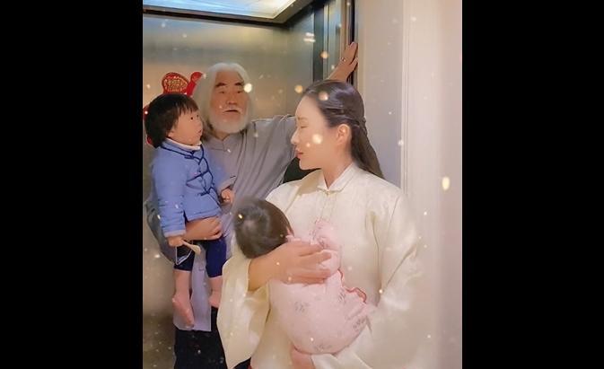 Ông trùm phim Kim Dung: Hết thời đi livestream bán vàng, 70 tuổi lấy vợ đáng tuổi con-5