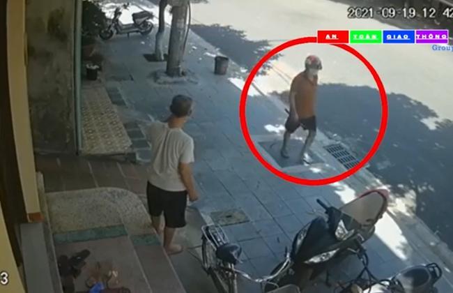 Clip: 1 kẻ cầm dao rời hiện trường sau vụ người phụ nữ bị đâm gục-2