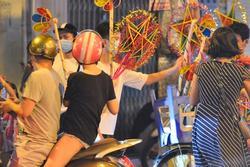 Trước khi chuyển về Chỉ thị 15, người lớn trẻ nhỏ Hà Nội đã đổ lên phố cổ chơi Trung thu sớm