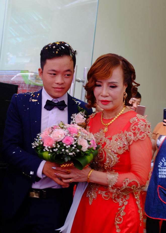 Đầu tư chụp hình 3 năm ngày cưới, cô dâu 64 tuổi bị mắng sốc óc-1