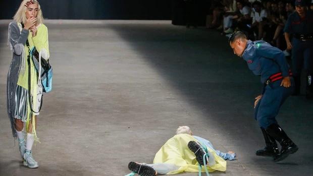 SỐC: Người mẫu đột tử khi đang catwalk trong show thời trang-3