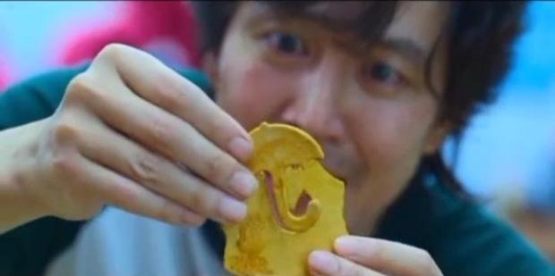 Dàn cast chết hết vì không liếm nổi miếng kẹo đường Squid Game-2