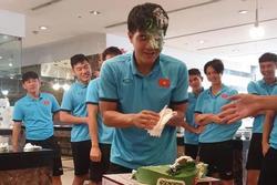 Đức Chinh mặt lấm lem sau tiệc sinh nhật cực vui
