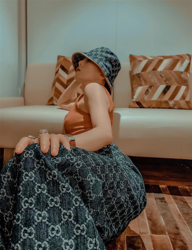 Lệ Quyên nghiện pose dáng chổng mông phản cảm-3