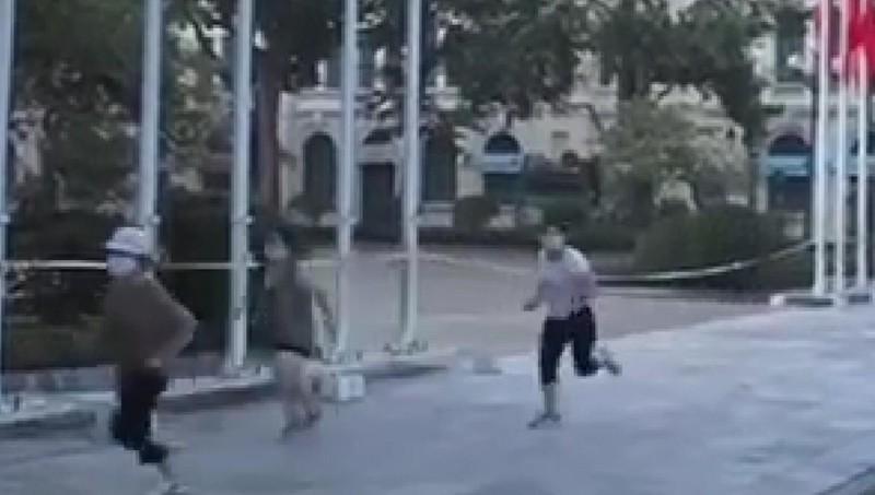 Clip: Ung dung đi thể dục, 4 bà thím tốc biến khi thấy công an-1