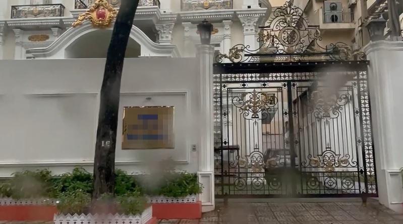 Trang Trần cưỡi xế hộp thăm nhà nữ đại gia sinh năm 1971-3