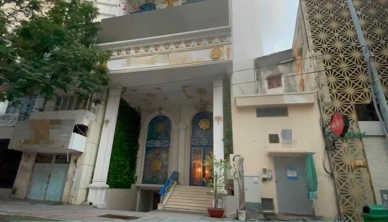 Trang Trần cưỡi xế hộp thăm nhà nữ đại gia sinh năm 1971-7