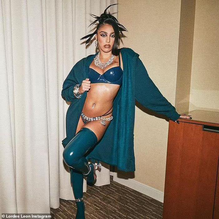 Con gái Madonna lại khoe lông nách khi quảng bá nội y cho Rihanna-2