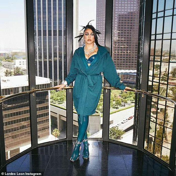 Con gái Madonna lại khoe lông nách khi quảng bá nội y cho Rihanna-3