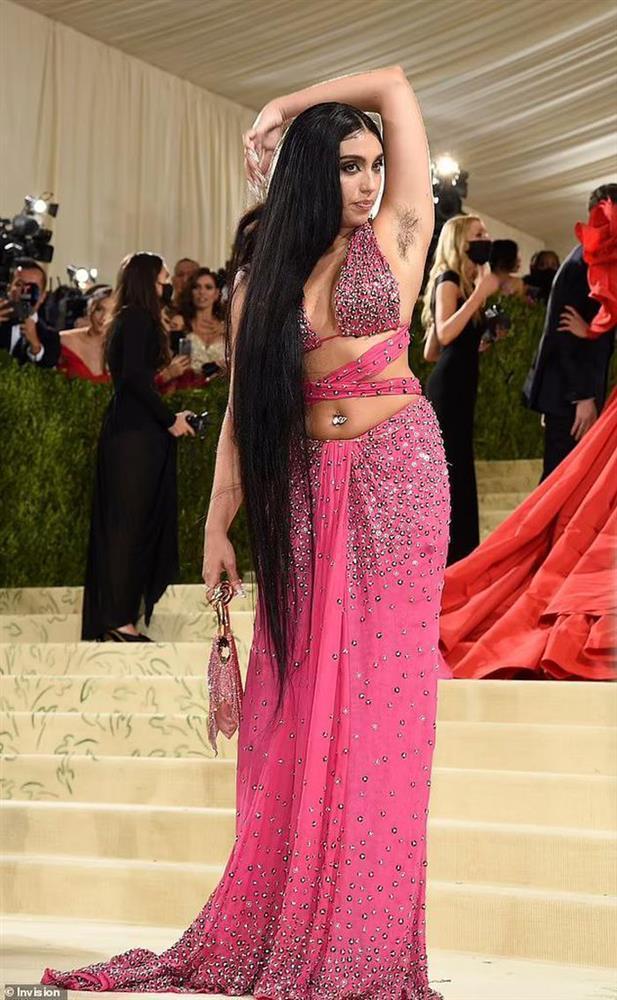 Con gái Madonna lại khoe lông nách khi quảng bá nội y cho Rihanna-5