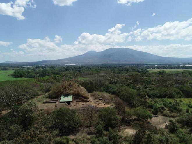 Choáng váng kim tự tháp trấn yểm siêu núi lửa nguyên vẹn sau 1.500 năm-1