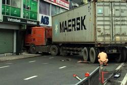 TP.HCM: Tài xế buồn ngủ, lao container vào 1 ngân hàng