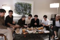 Staff của BTS bị nghi đọc trang antifan ngay trước mặt các thành viên