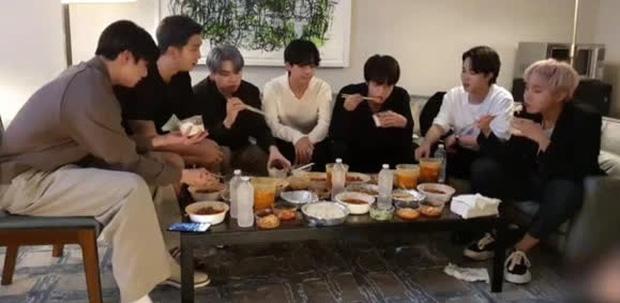 Staff của BTS bị nghi đọc trang antifan ngay trước mặt các thành viên-5