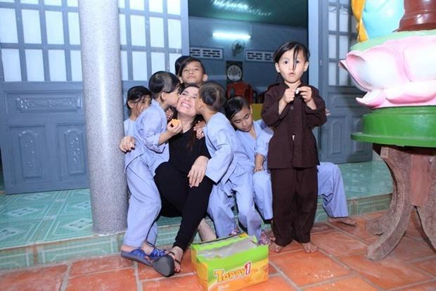 Xót lòng con nuôi Phi Nhung giàn giụa nước mắt mong mẹ về-2