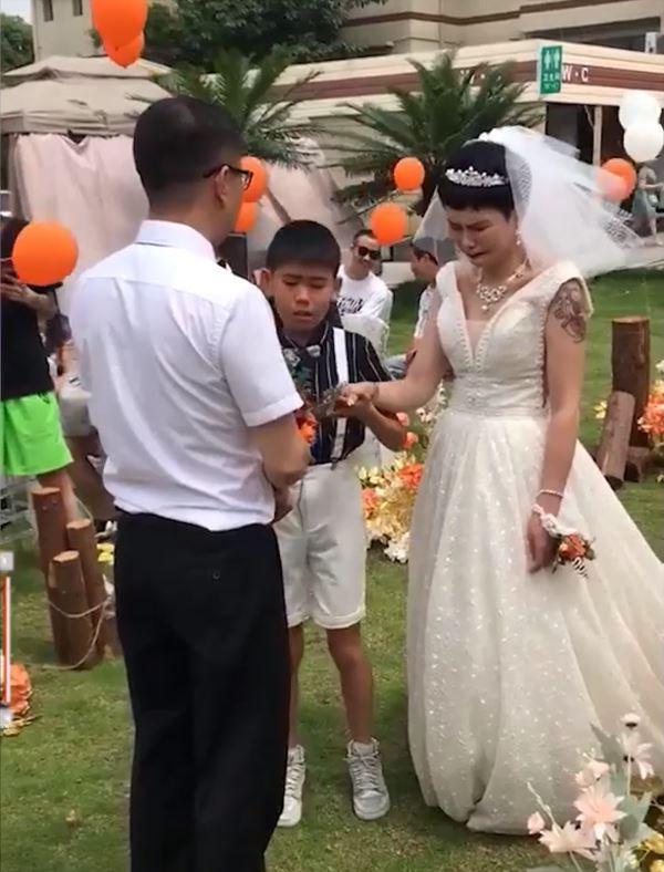 Bé trai 12 tuổi khóc nấc khi làm chủ hôn ngày vui của mẹ với bố dượng-2