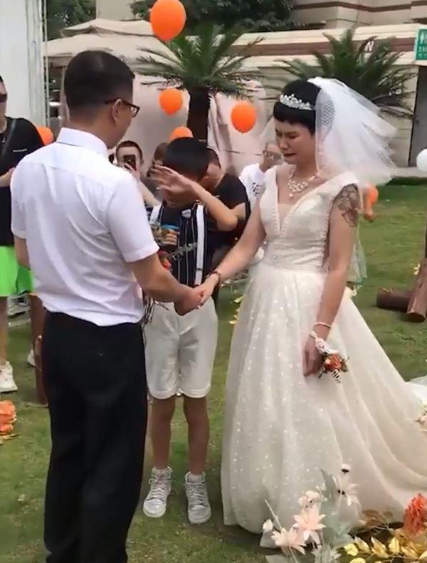 Bé trai 12 tuổi khóc nấc khi làm chủ hôn ngày vui của mẹ với bố dượng-4