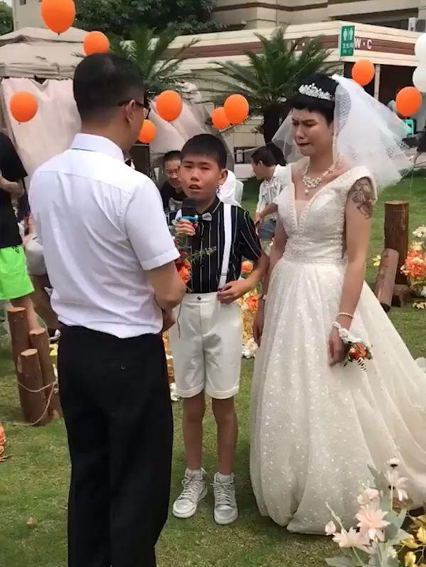 Bé trai 12 tuổi khóc nấc khi làm chủ hôn ngày vui của mẹ với bố dượng-1