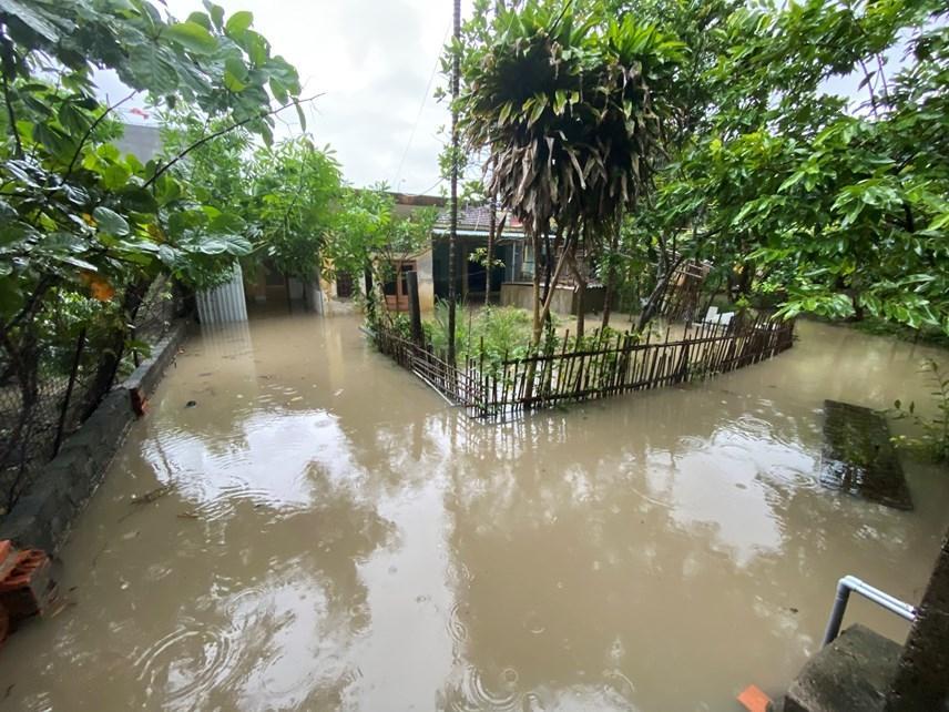 Quảng Ninh: Mưa lớn ngập đường, quân đội điều xe đón học sinh-1