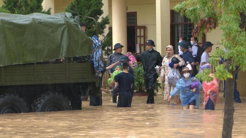 Quảng Ninh: Mưa lớn ngập đường, quân đội điều xe đón học sinh-5