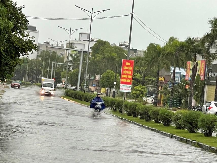 Quảng Ninh: Mưa lớn ngập đường, quân đội điều xe đón học sinh-2