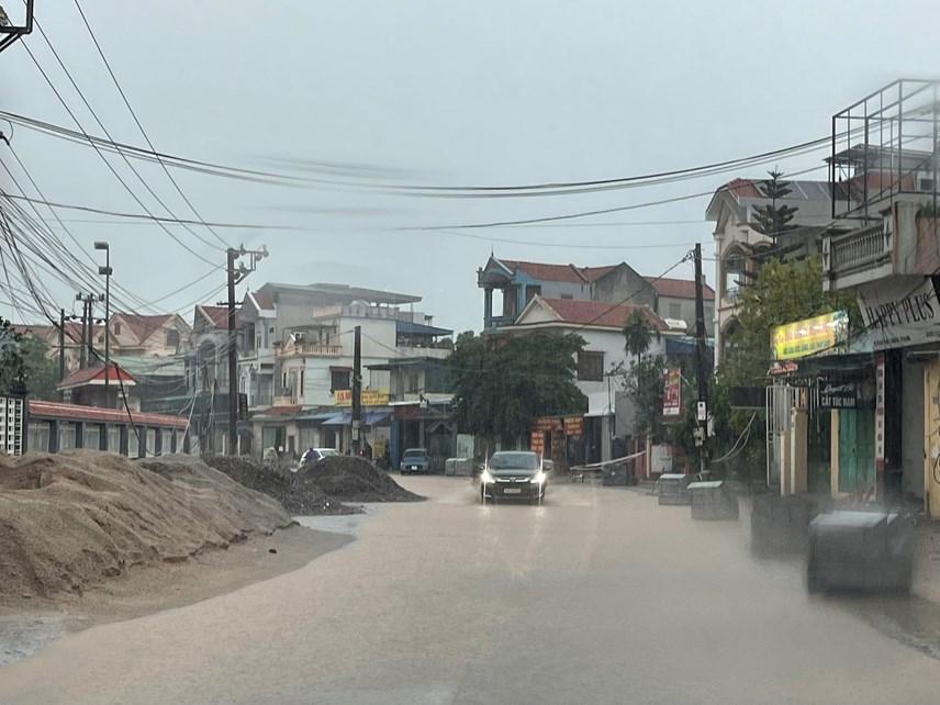 Quảng Ninh: Mưa lớn ngập đường, quân đội điều xe đón học sinh-8