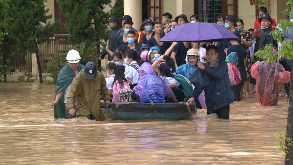 Quảng Ninh: Mưa lớn ngập đường, quân đội điều xe đón học sinh-6