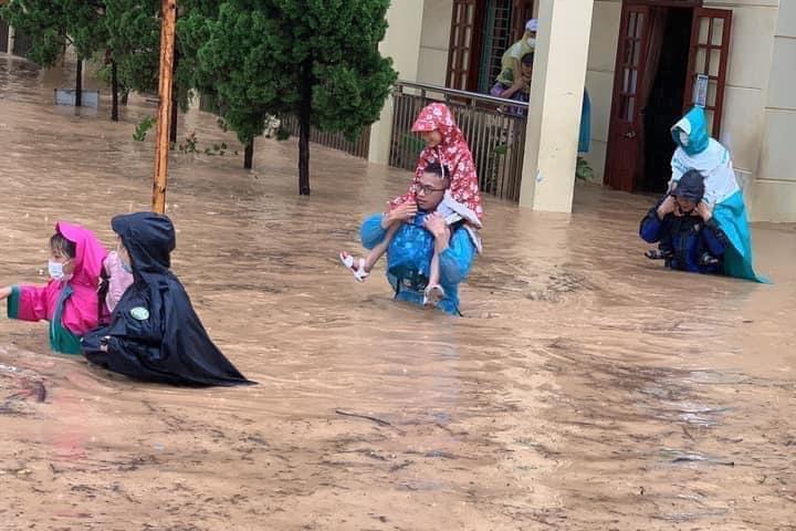Quảng Ninh: Mưa lớn ngập đường, quân đội điều xe đón học sinh-7