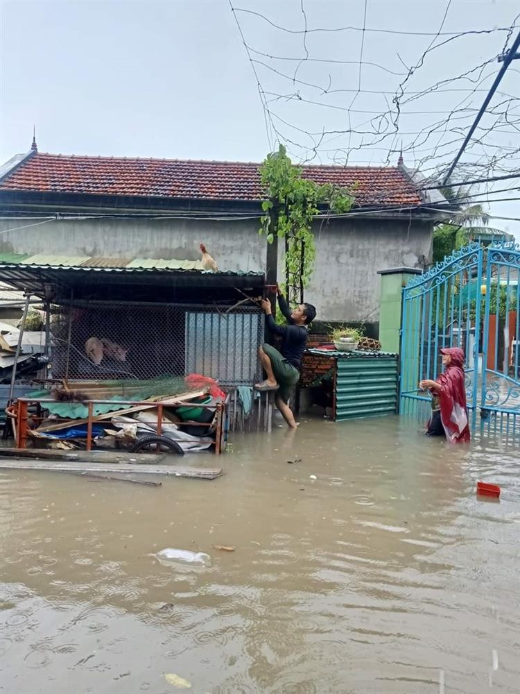 Quảng Ninh: Mưa lớn ngập đường, quân đội điều xe đón học sinh-11