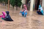 Quảng Ninh: Mưa lớn ngập đường, quân đội điều xe đón học sinh