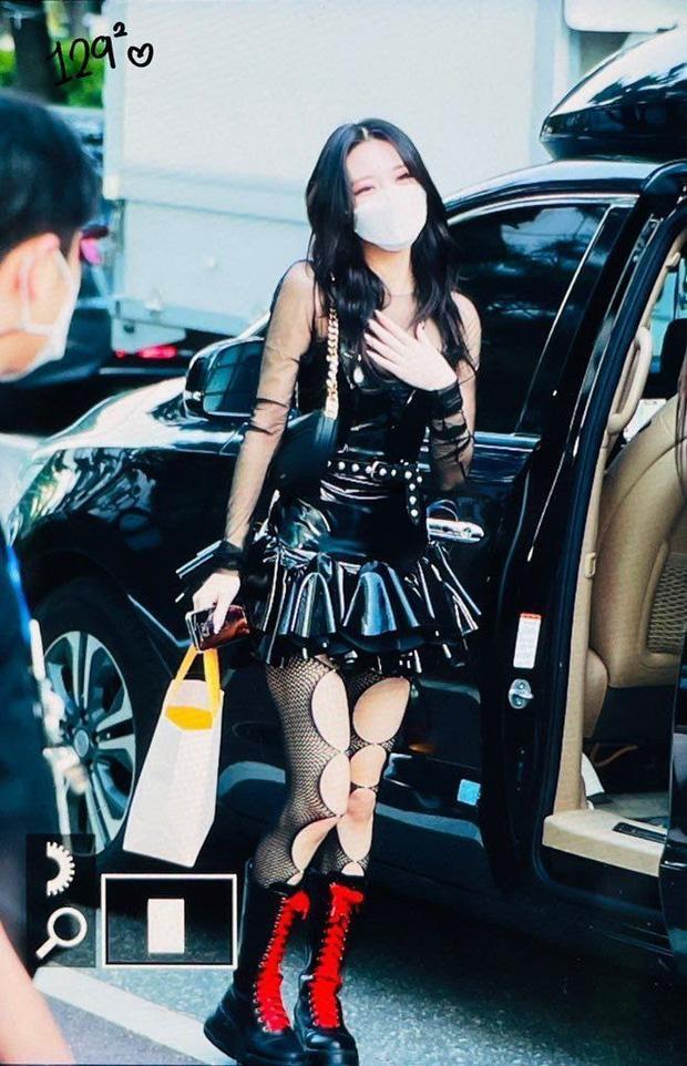 Stylist của ITZY hứng chỉ trích khi để em út 2k3 mặc váy ngắn, lộ cả ngực-3