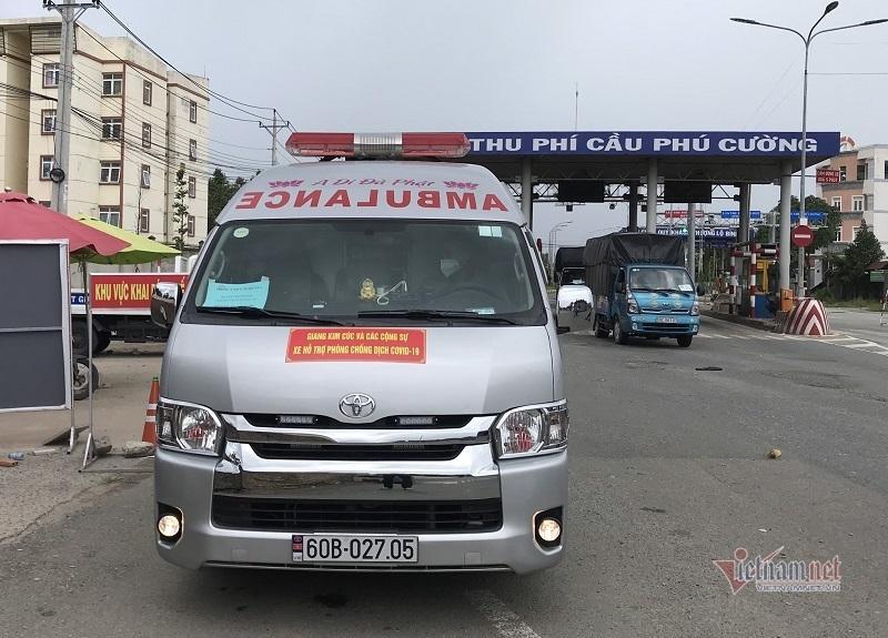 Xe cứu thương bật còi hú qua chốt kiểm soát, 3 người trên xe khai báo vòng vo-1