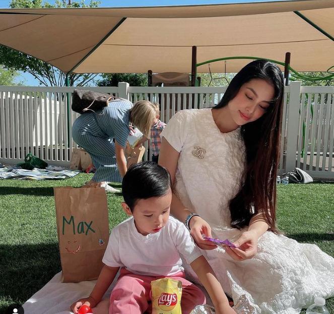 Khoe ảnh bên cậu cả, Phạm Hương gây chú ý nhờ báu vật mẹ 2 con-4