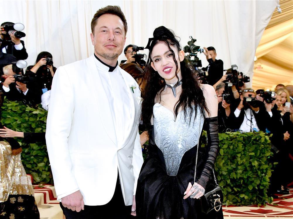 Grimes - cô ca sĩ vừa chia tay tỷ phú Elon Musk có gu ăn mặc dị biệt-1