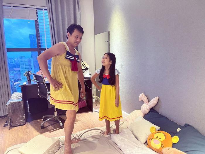 Kim Lý - Cường Đô La trông con: Người kín đáo, người thiếu vải-3