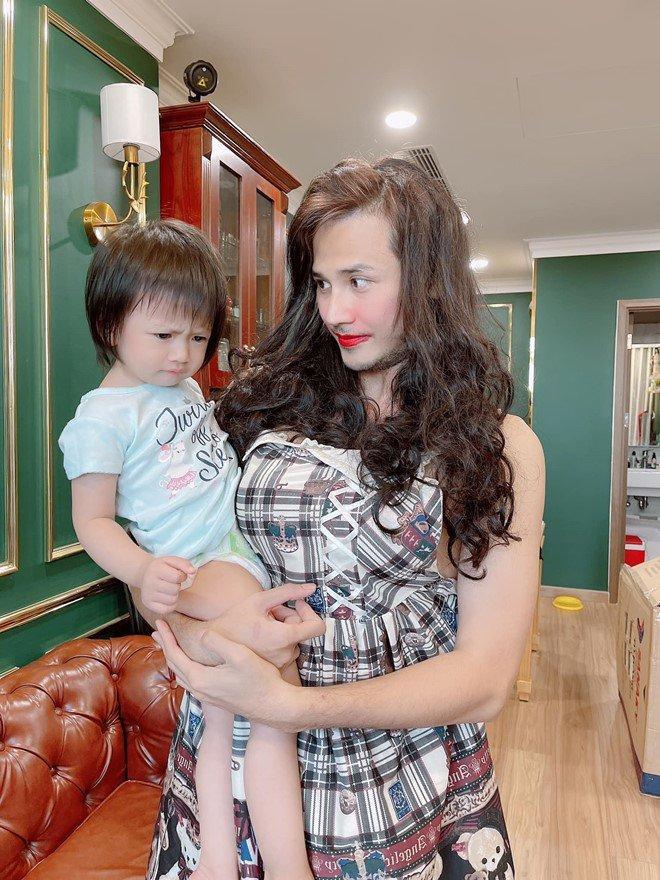 Kim Lý - Cường Đô La trông con: Người kín đáo, người thiếu vải-4
