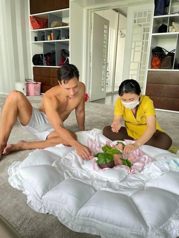 Kim Lý - Cường Đô La trông con: Người kín đáo, người thiếu vải-11