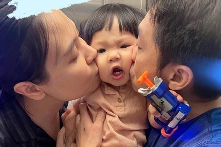 Con gái Cường Đô La nhăn nhó khi bố mẹ 'cưỡng hôn'