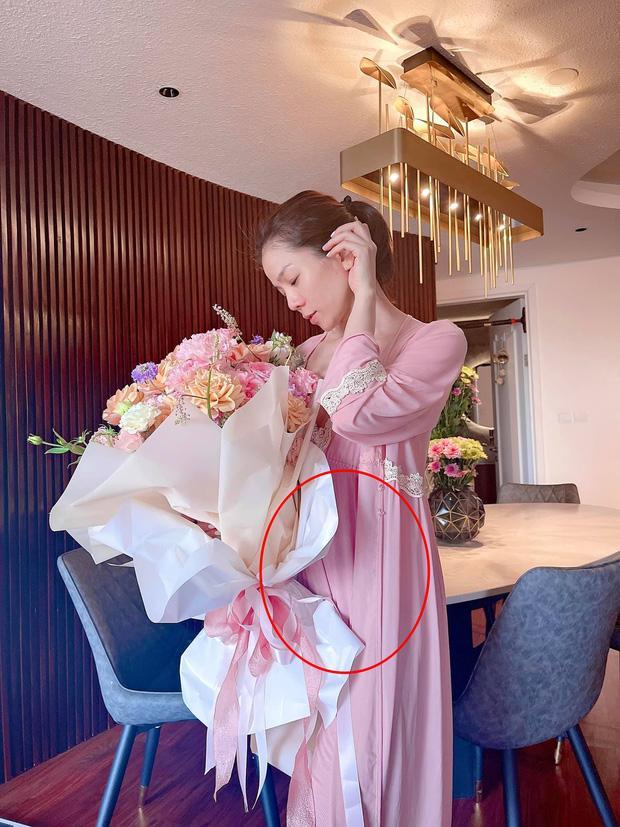 Lệ Quyên vén áo giữa tin đồn mang thai với Lâm Bảo Châu