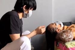 Kay Trần tung clip gội đầu cho mẹ, caption 'nàng dâu' gây chú ý
