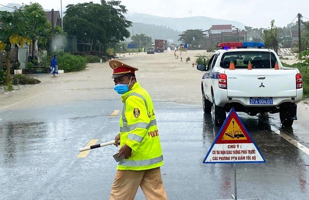 Thủy điện và hồ đập xả lũ, nhà dân ở Nghệ An ngập sâu trong nước-1